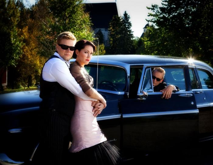 Hääkuvat miljöössä hääauton kanssa - Studio Liikkuva - Valokuvaaja Turusta