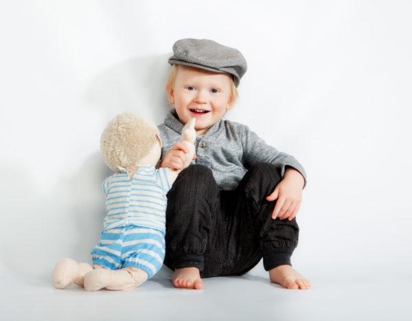 Lapsikuvaus studiolla nuken kanssa - Turussa Studio Liikkuvan tiloissa
