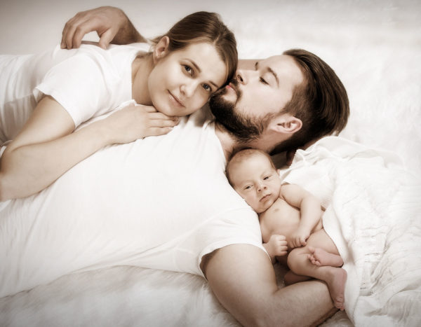 Newborn kuvaus isän ja äidin kanssa Studio Liikkuvan Studiolla.