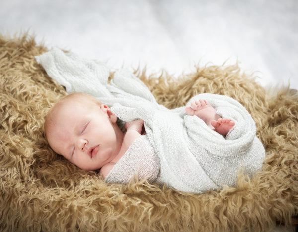 Newborn kuvaukset pehmoisen taljan päällä Turussa - Studio Liikkuva