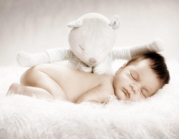 Vauvakuvaus taljan päällä Turussa StudioLiikkuvan studiolla
