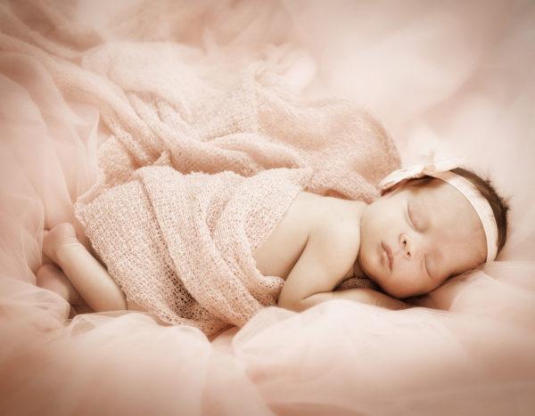 Pikku prinsessa pinkeillä päiväunilla. Studiokuvaus Studio Likkuvan tiloissa Lainnon kutomolla Turussa.
