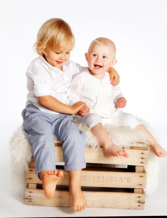Sisarus lapsikuvat laatikon päällä istuen studiolla - Turussa - Studio Liikkuva