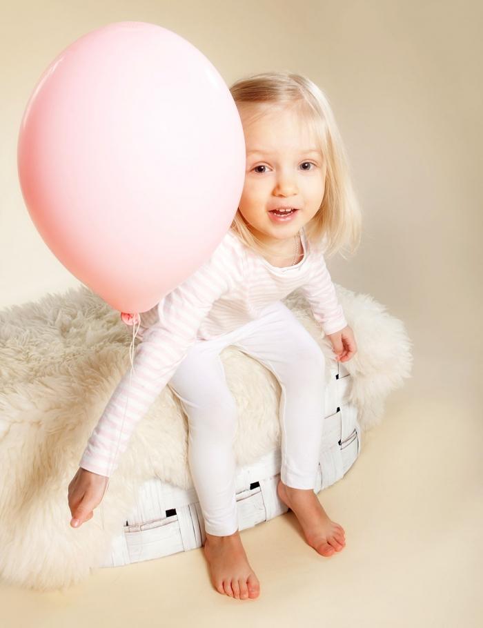Lapsikuva ilmapalloilla studiolla - Turussa Studio Liikkuva